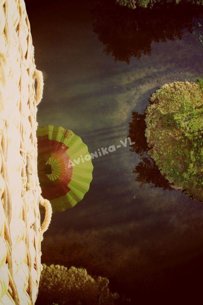 Отражение воздушного шара в озере
