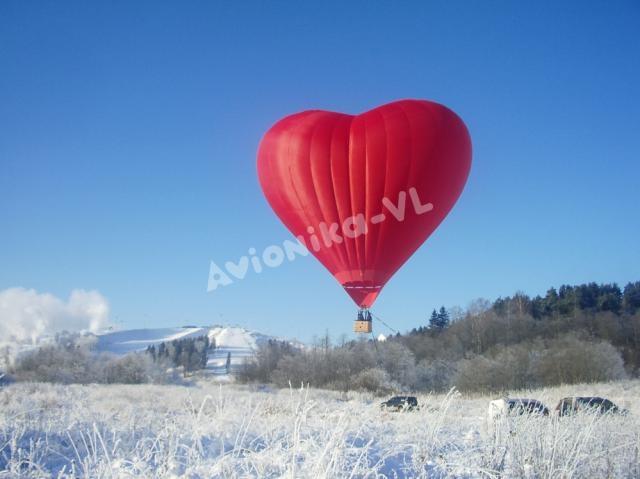 """Воздушный шар """"Сердце"""" в зимнем пейзаже"""