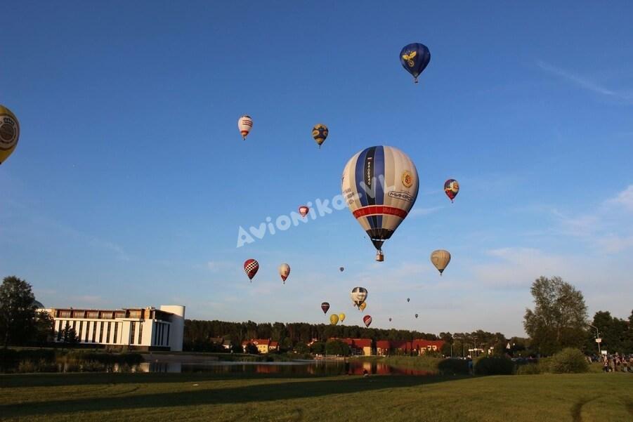 Фестиваль воздушных шаров вечером