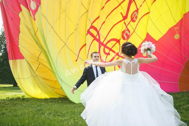 Свадьба на фоне воздушного шара