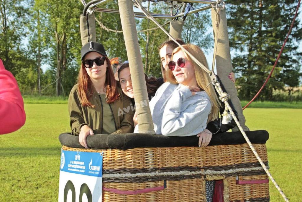 Девушки в корзине воздушного шара