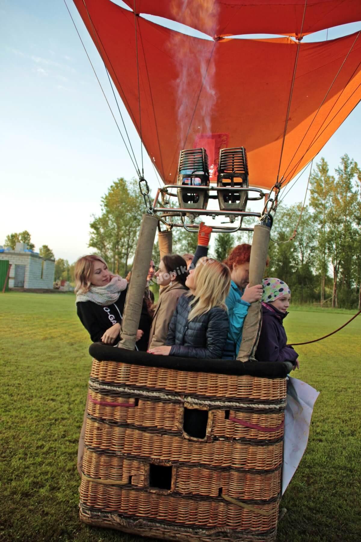 4 девушки на воздушном шаре