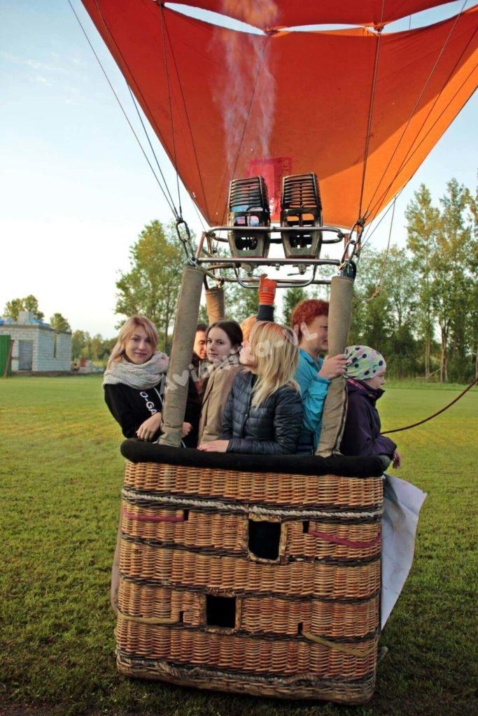 5 девушек на воздушном шаре